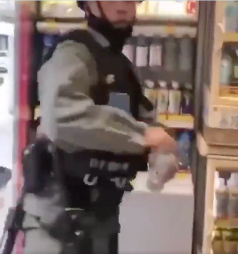 該警察將飲品拋給同袍(Twitter/影片截圖)