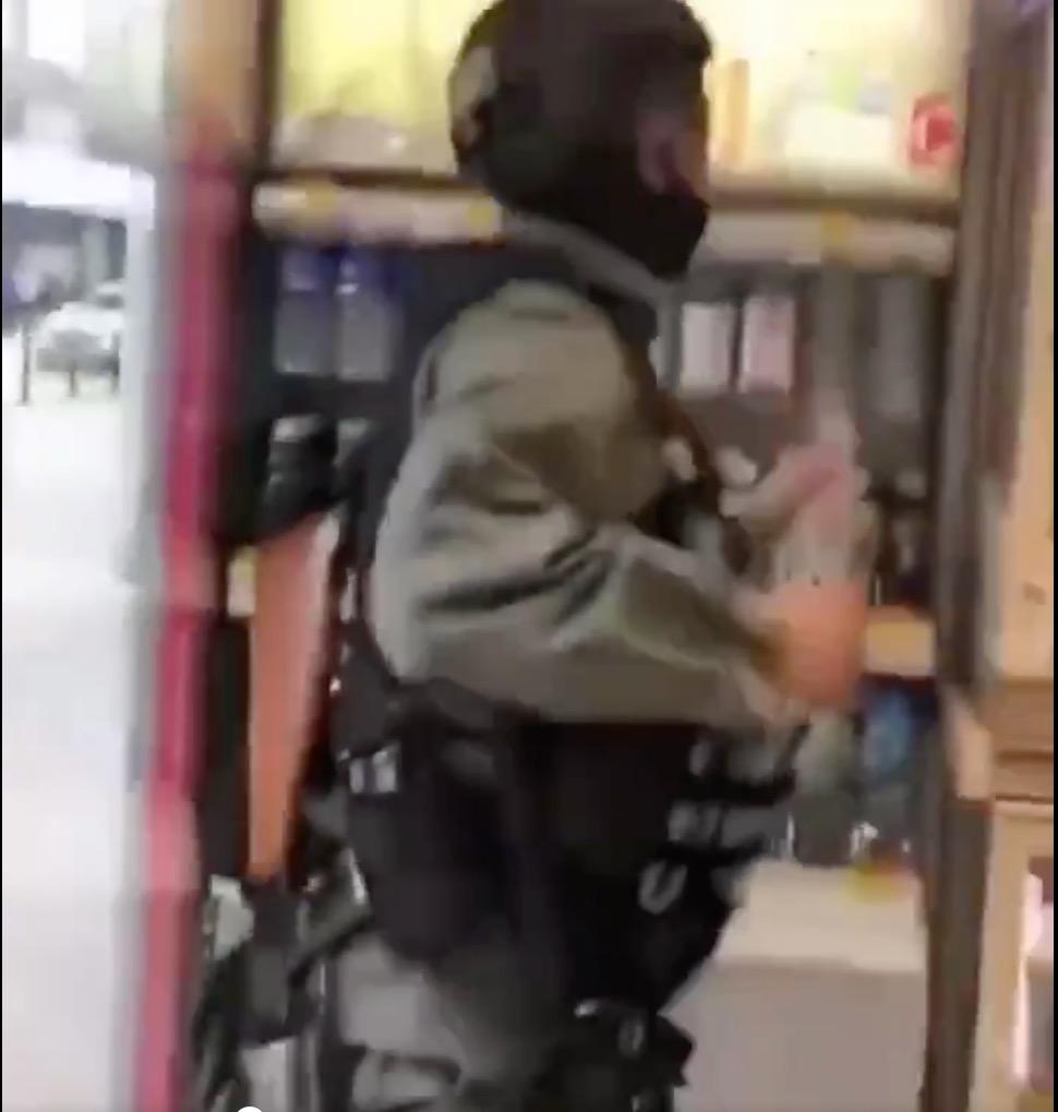 該警察第三次從冷櫃取出飲品(Twitter/影片截圖)