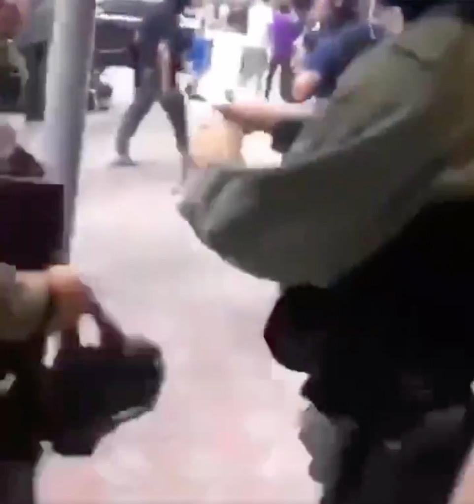 該警察打開飲品(Twitter/影片截圖)
