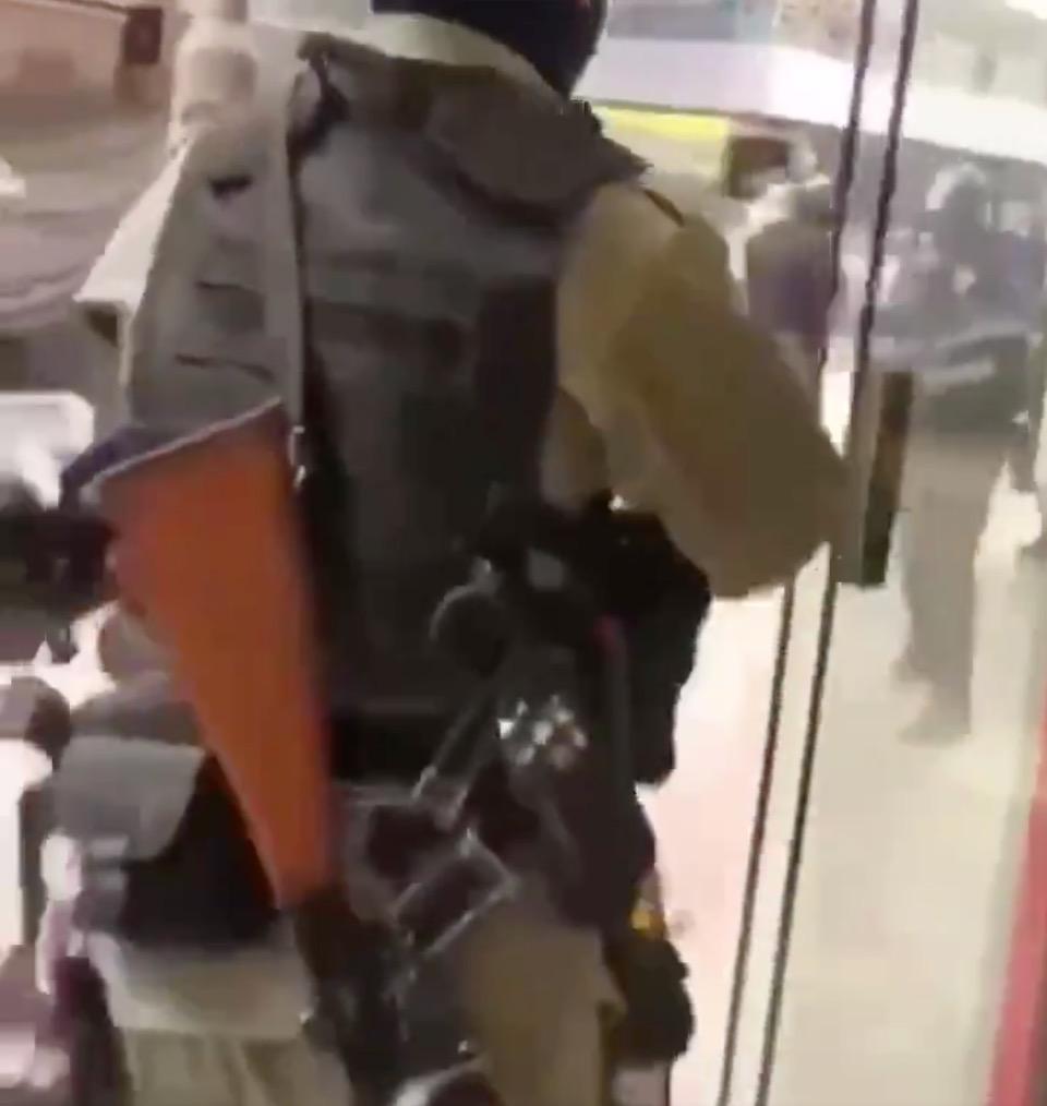 該警察離去的身影(Twitter/影片截圖)