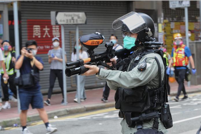 銅鑼灣防暴警察槍指市民