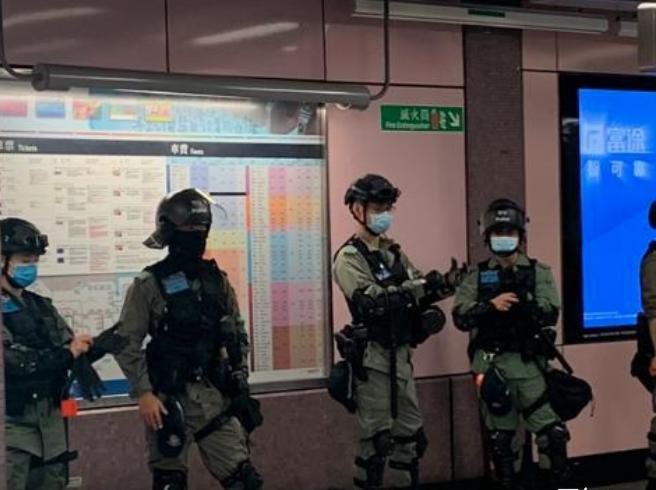 銅鑼灣地鐵站內,也有大批防暴警。(阿潔/大紀元)