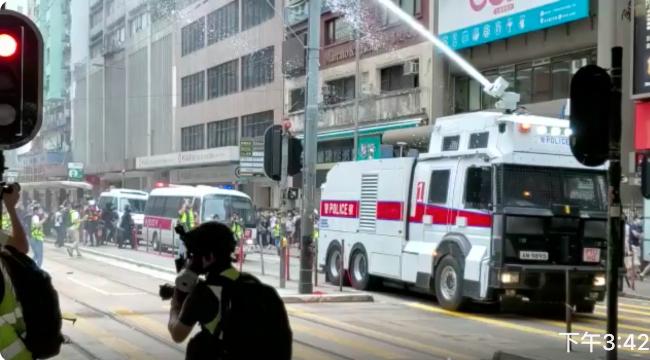 下午稍遲,水砲車向抗爭者和記者噴出水柱 。(宋碧龍/大紀元)