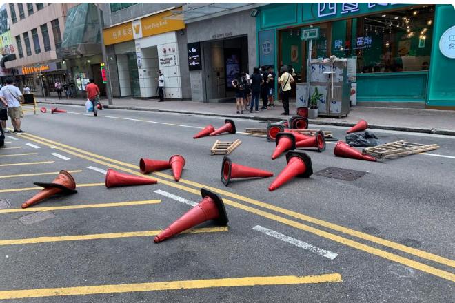 抗爭者用雜物設路障,試圖阻擋、或延遲防暴警推進。(阿潔/大紀元)