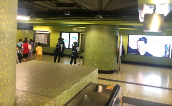 灣仔地鐵站內,有防暴警。(Sarah/大紀元)