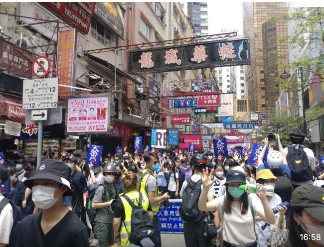 香港市民高舉「天滅中共」上街反「國安法」。(阿潔/大紀元)