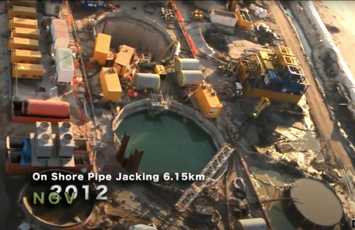 2013年建設過程中的海水淡化廠一期工程。(視頻截圖)