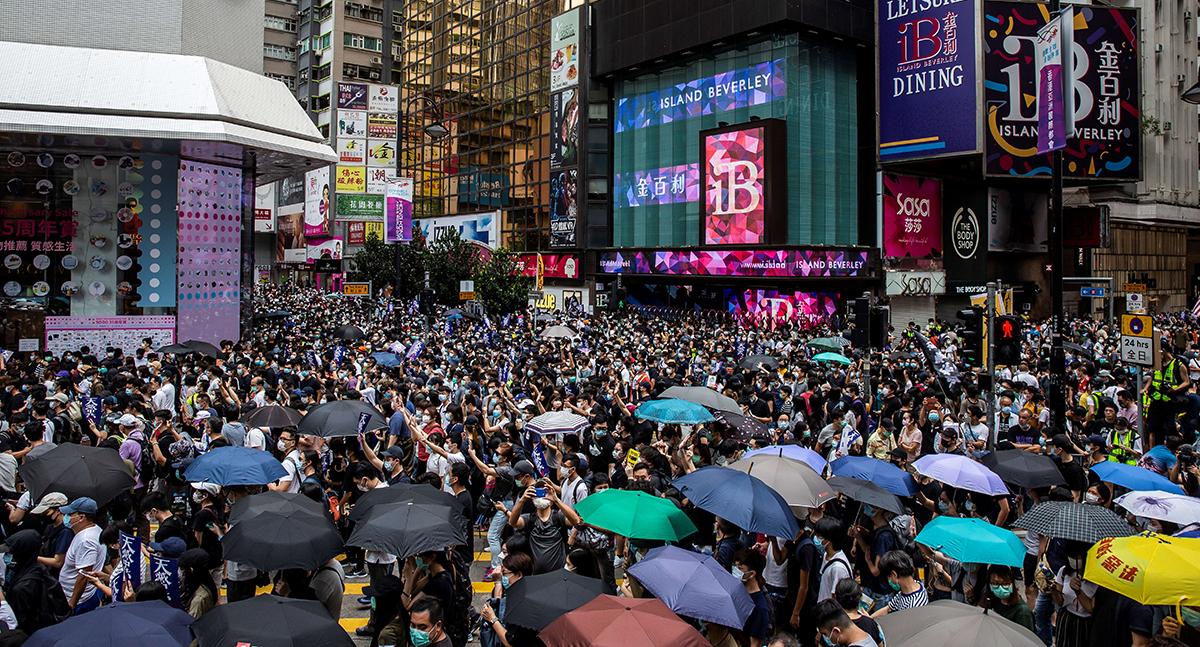 近萬市民昨日響應網上號召,在銅鑼灣至灣仔一帶流水式遊行,反對《國歌法》及「港區國安法」。(ISAAC LAWRENCE/AFP/Getty Images)