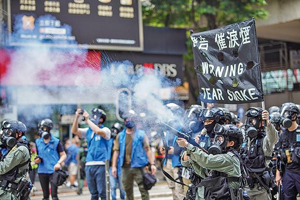 大批防暴警察開始施放催淚彈。(宋碧龍/大紀元)