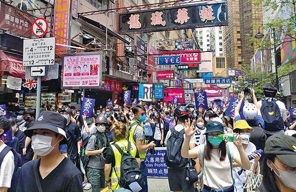 香港市民湧現銅鑼灣,高喊「天滅中共」。警員在場截查多名市民,搜查他們隨身物品。(阿敏/大紀元)