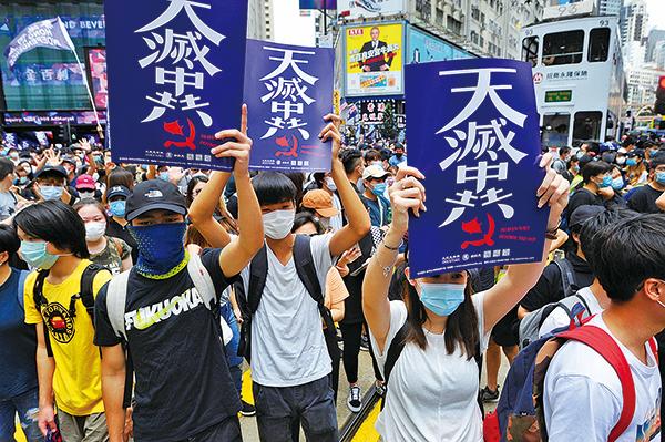在銅鑼灣祟光百貨對開,有大批市民聚集,部份人手持「天滅中共」標語,高喊「反修例、時代革命、光復香港」等口號。(宋碧龍/大紀元)