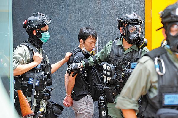 5月24日,在銅鑼灣軒尼詩道有一青年抗爭者被逮捕。(宋碧龍/大紀元)