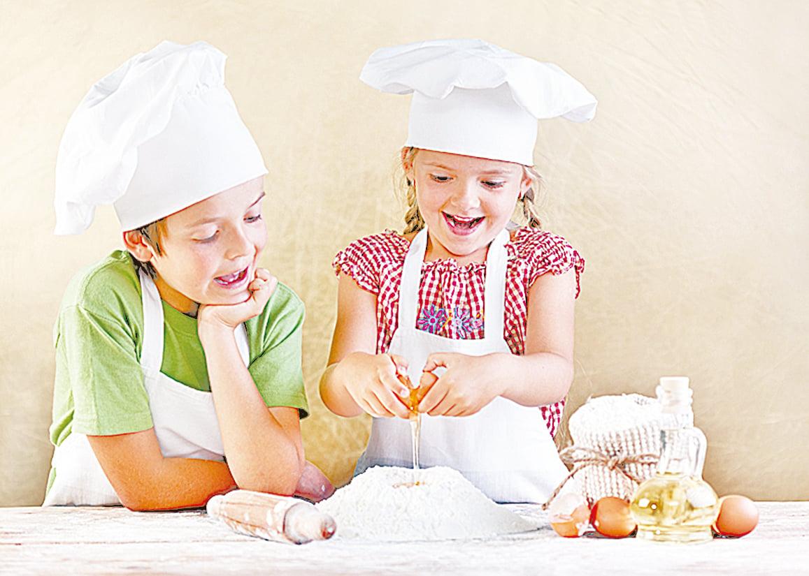 跟孩子一起烤餅乾是很好的活動。