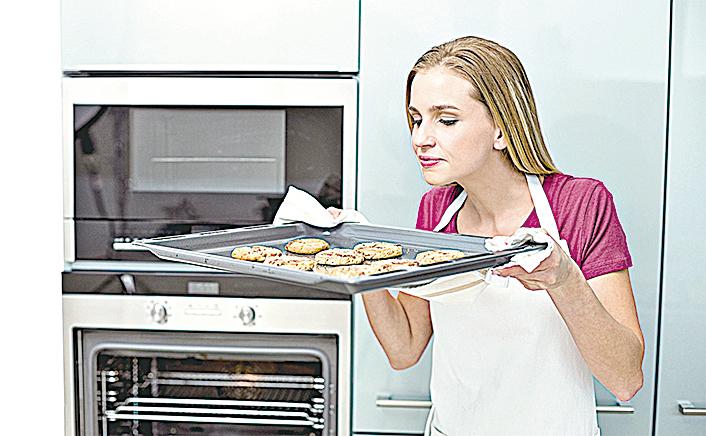 深色烤盤由於吸收的熱量高,使得餅乾比較容易烤焦。