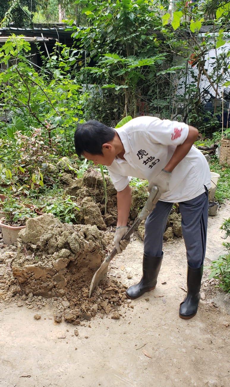 列安邦將虎地㘭村培育的可可樹苗移植給李漢威作教育用途。(受訪者提供)