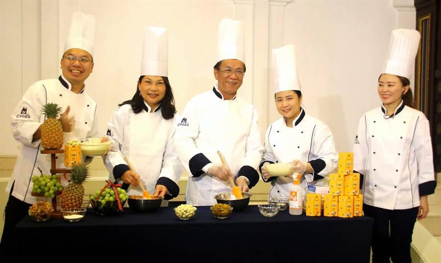 特色口味的朱古力「世界朱古力大賽」(International Chocolate Awards,ICA)中獲得一金兩銀的殊榮。李漢威(左一)自言獲得桂冠不易,當中不可缺少的是自己對食材的堅持。(受訪者提供)