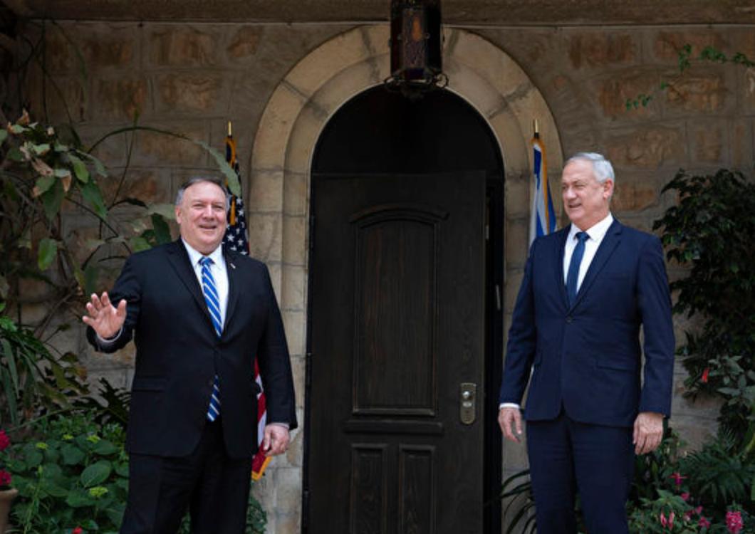 美國務卿蓬佩奧(左)5月13日訪問以色列,會見了以色列總理內塔尼亞胡和國家安全部長甘茨(右)。以媒報導,蓬佩奧此行主要要求以色列斬斷中共在以色列基礎建設和高科技的投資。(Sebastian Scheiner / POOL / AFP)