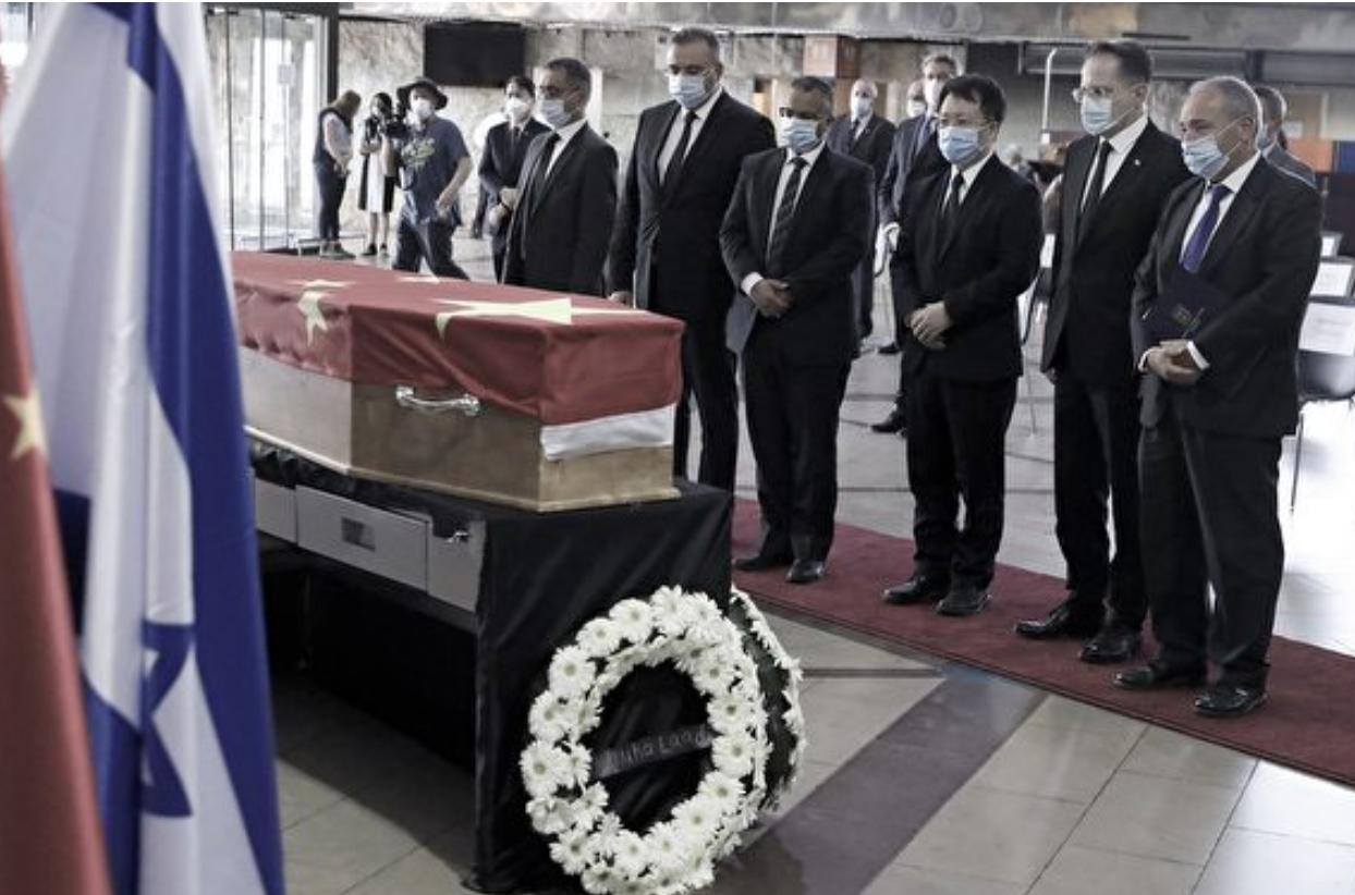 美國川普政府阻止李嘉誠競標以色列海水淡化工程項目的敏感時刻,中共駐以色列大使杜偉5月17日猝死。圖為5月20日杜偉的遺體預備送返中國。(JACK GUEZ / AFP)