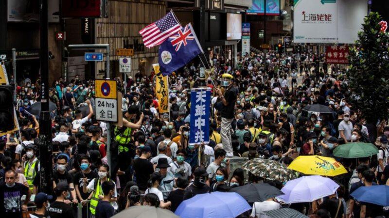支持民主的香港市民於2020年5月24日聚集在香港銅鑼灣區,抗議中共欲繞過香港民意在香港實施所謂「國安法」,並呼籲國際社會關注、支持香港。(ISAAC LAWRENCE/AFP via Getty Images)