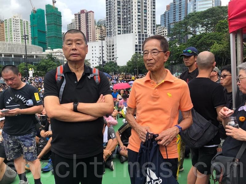 圖為黎智英(左邊穿黑衣者)參加反送中遊行時的資料照。(梁珍/大紀元)