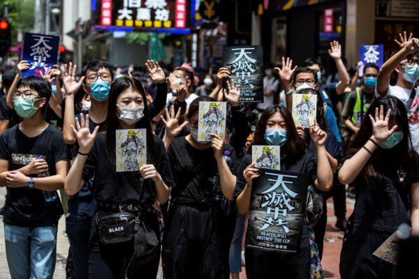 5月24日,香港民眾遊行抗議國安法。( ISAAC LAWRENCE/AFP via Getty Images)