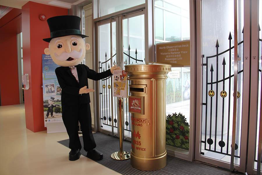 將明信片投遞至主題館正門的85周年黃金郵筒,大富翁先生將於2021年3月19日起後陸續寄出大家對未來的祝福。(公關提供)