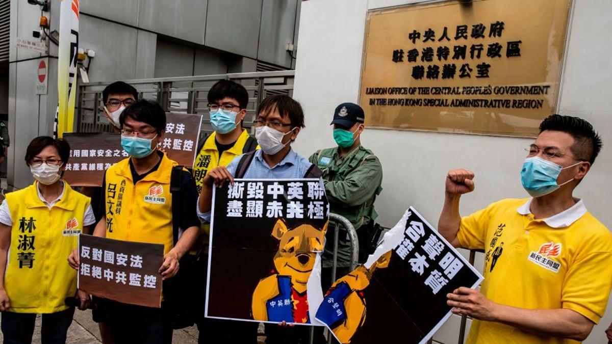 中共強推「港版國安法」,把一國兩制的遮羞布給掀了。圖為2020年5月24日,香港民主派人士在中聯辦抗議。(ISAAC LAWRENCE/AFP via Getty Images)