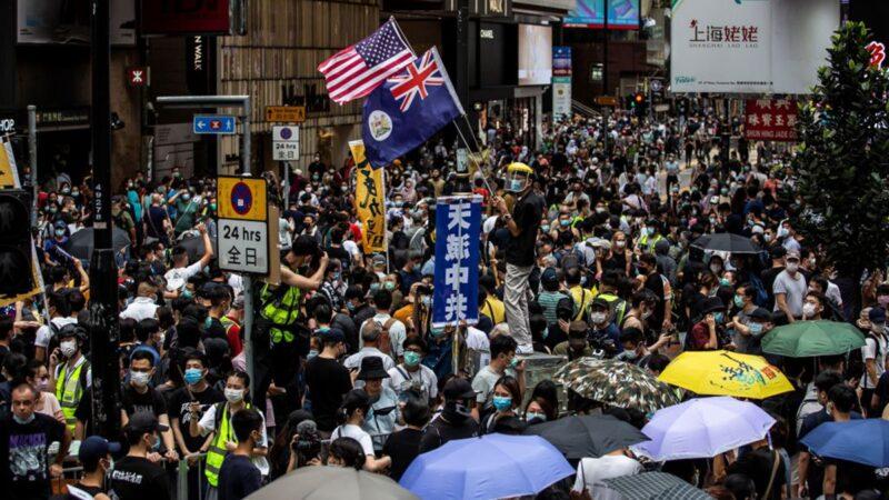 5月24日,香港人無懼打壓再次走上街頭抗議。網上傳出的影片顯示,警方被參加遊行的抗議人潮驚呆。(ISAAC LAWRENCE/AFP via Getty Images)