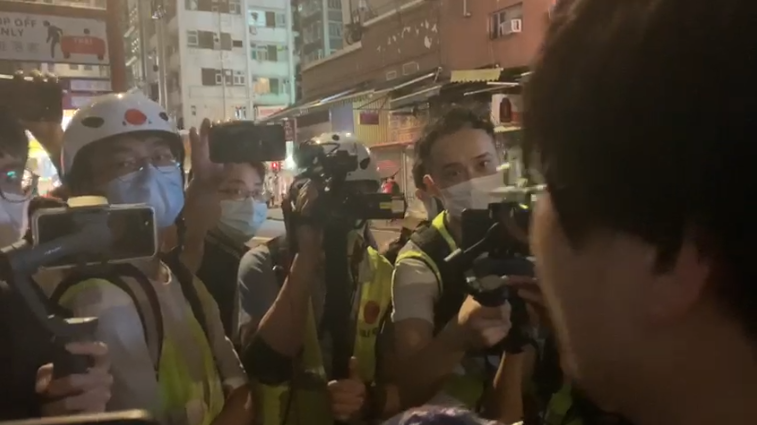 姜牧師向現場媒體講述事件經過(影片截圖)