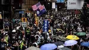 香港「反惡法大遊行」 男警失控抱走女記者