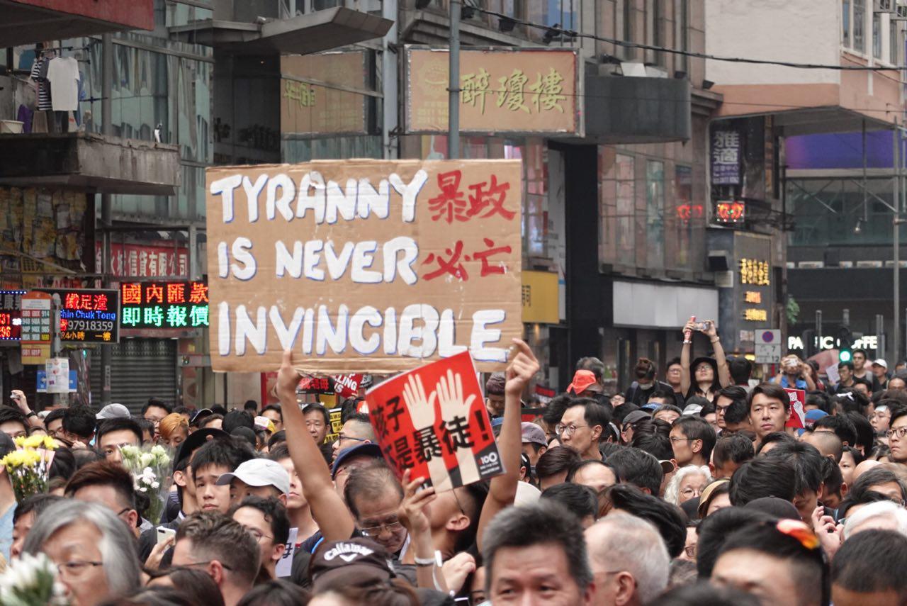香港局勢持續發展,港人對抗中共強權的一次次運動,提升了香港在中國、亞太地區及美中關係中的影響力。圖為2019年6與16遊行當日,有示威者高舉「暴政必亡」的展示牌。(余鋼/大紀元)