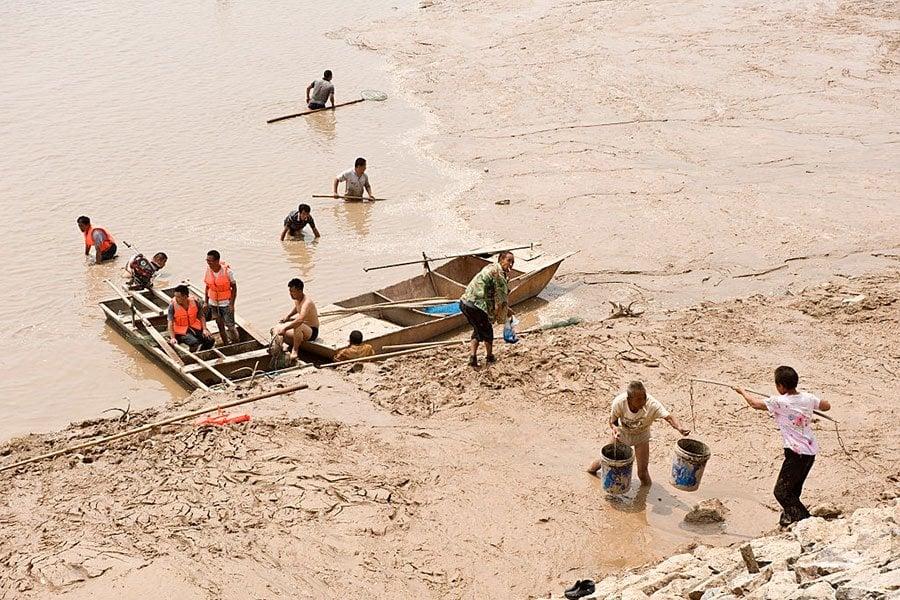黃河水位不斷下降,圖為三門峽附近的居民準備捕魚。 (Photo by VCG/Getty Images)