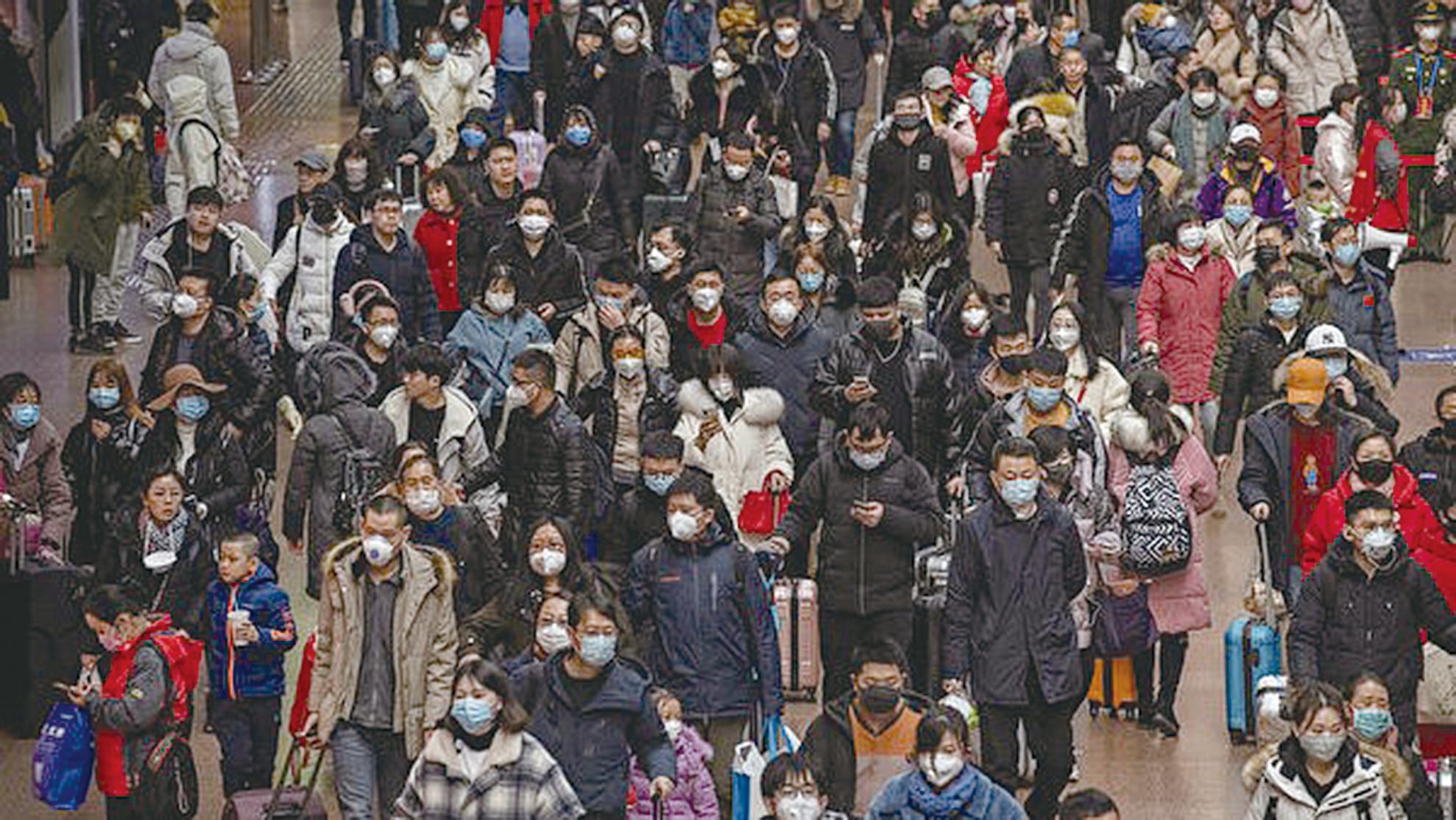 避免感染中共病毒,人人戴口罩自保。 (Kevin Frayer/Getty Images)