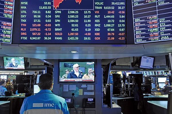 開始有人認為先前被疫情重擊的許多傳統產業績優股,將在一段時間內輪著上漲,成為下輪引領行情的主流股。(AFP 資料圖片)