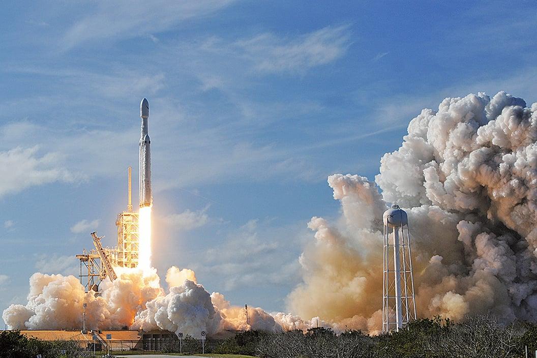 NASA宣佈本周將發射載人的SpaceX火箭到國際太空站。圖為SpaceX火箭2018年2月6日在佛羅里達州發射台升空。(AFP)