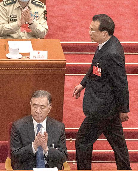 5月22日,汪洋(左)、李克強(右)在人大會議的主席台上。(AFP)