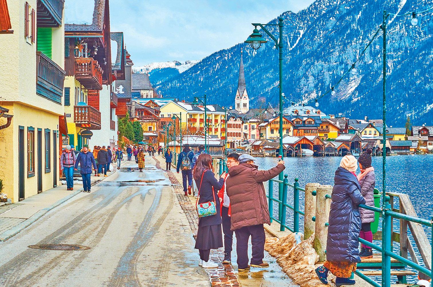 在依山傍水的小鎮上漫步賞景。