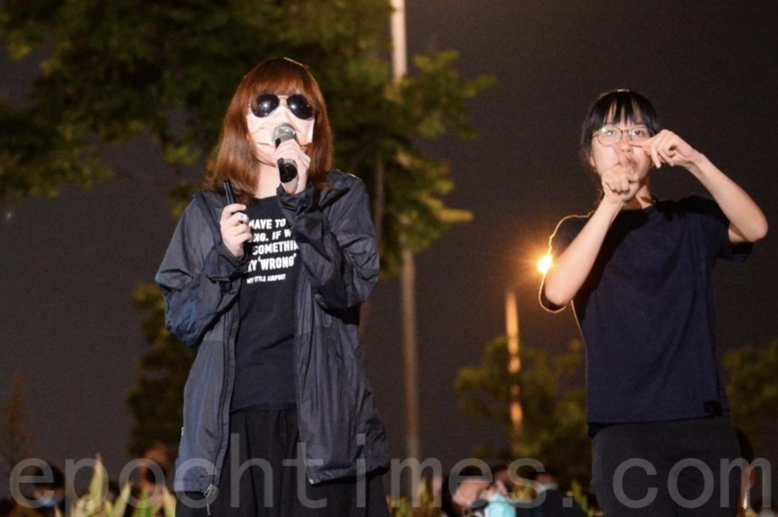 吳傲雪以化名S同學(左)出現在9月27日的中環集會上首次公開他的經歷,她是831嚴重傷者及被捕人士,曾到醫院、葵涌警署及新屋嶺。(大紀元圖片庫)