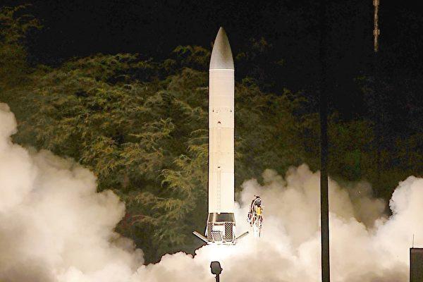 5月15日在美國太空部隊(USSF)的新軍旗揭幕儀式上,特朗普宣佈美國製造17倍音速的高超音速導彈,比中俄的都要快。圖為陸軍的先進高超音速武器在2011年進行飛行測試。(U.S. Army Space and Missile Defense Command / Army Forces Strategic Command)