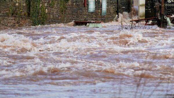 從5月份開始位於河南鄭州的黃河大橋下面,出現了水變清的現象。( Getty Images)