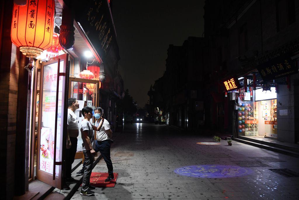 繼中共「兩會」首日北京的「暗無天日」之後,大陸各地又先後出現多種異象。圖爲5月21日下午,北京的天空突然變黑。(GREG BAKER/AFP via Getty Images)