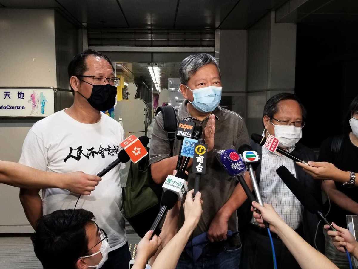支聯會的主席李卓人,支聯會代表蔡耀昌、何俊仁、鄒幸彤一同會見媒體。(宋碧龍 / 大紀元)