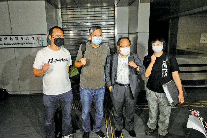 支聯會主席李卓人(左二),與副主席蔡耀昌(左一)、何俊仁(右二)、鄒幸彤(右一)在六四遊行上訴被駁回後見記者。支聯會質疑警方藉防疫打壓言論及集會自由。( 宋碧龍/大紀元)