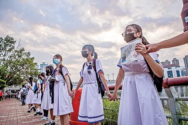 儘管中共一直試圖對香港的下一代兒童施行「愛國」等洗腦教育,但並不成功。圖為2019年9月19日,香港沙田舉行聯校人鏈活動表達反送中訴求,中學生手牽手由城門河之瀝源橋、翠榕橋環繞一周,場面震撼。(余鋼/大紀元)