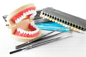 假牙材質如何選?全瓷牙冠兼顧美觀與強度