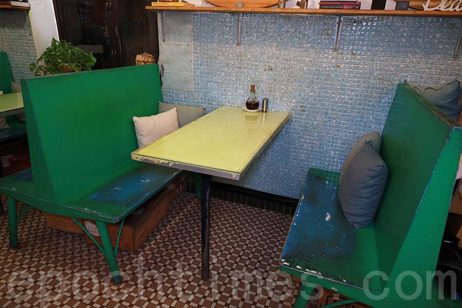 卡座是茶餐廳的裝潢,Ken將其運用在Café中。(陳仲明/大紀元)