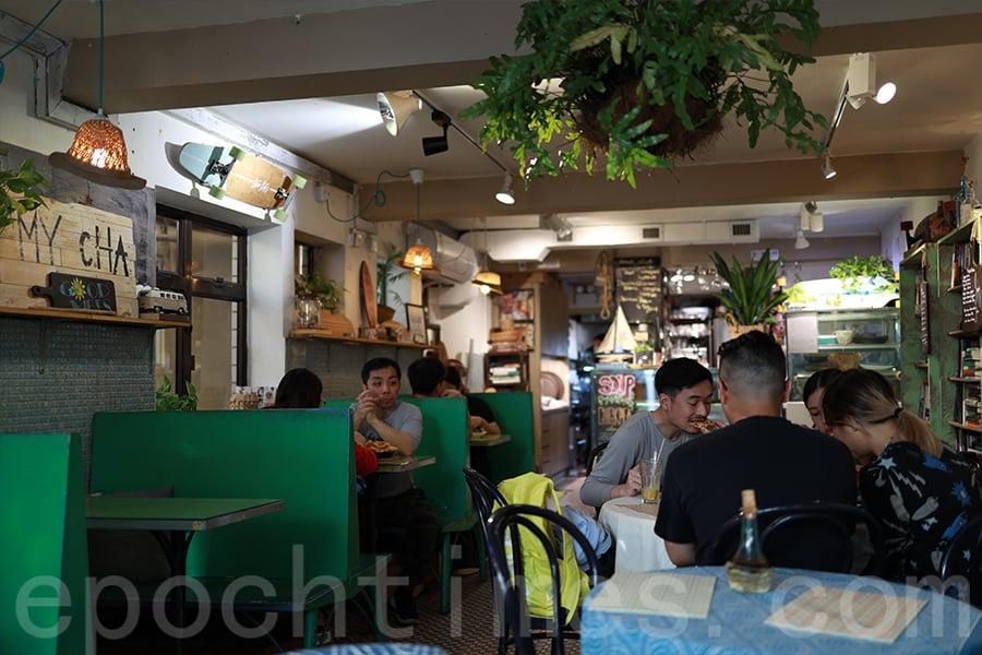 在大型連鎖咖啡店和各類Café未曾在港興起時,Ken已經在南丫島實踐了。(陳仲明/大紀元)