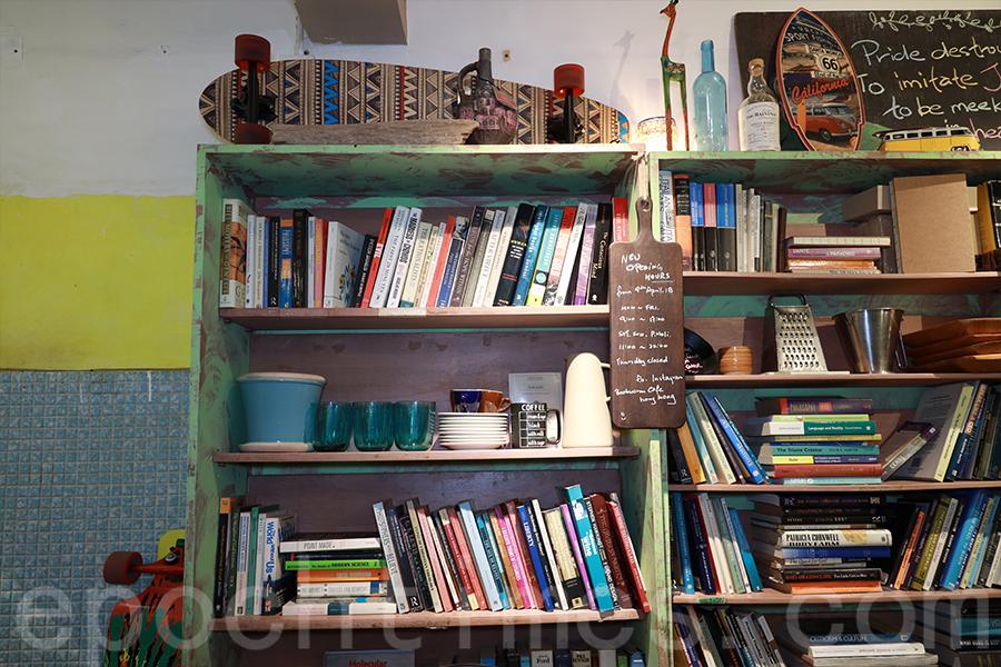 Ken喜愛看書,於是將閱讀的文化帶入Café。(陳仲明/大紀元)