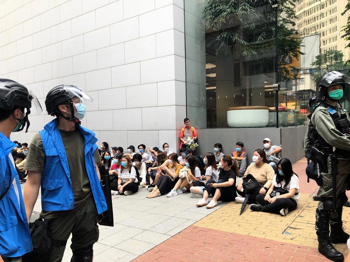 警方大規模截查游行人士。(Iven/香港大紀元)