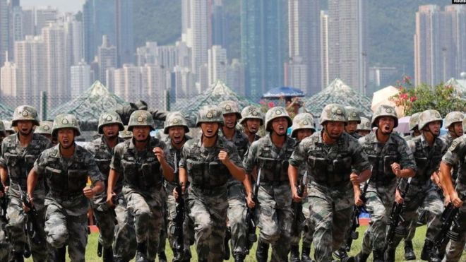 中國駐港部隊2019年6月30日在香港昂船洲海軍基地舉行軍事表演。(REUTERS)